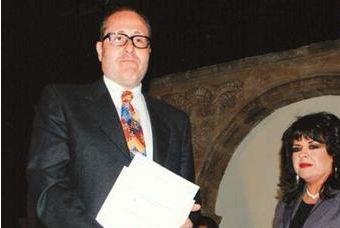 Carlos Kieffer Cáceres recibiendo la distinción