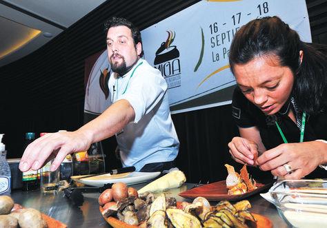 Demostración. El chef argentino Fernando Rivarola prepara un plato elaborado a base de una variedad de papas del norte de su país. Víctor Gutiérrez./Foto La Razón