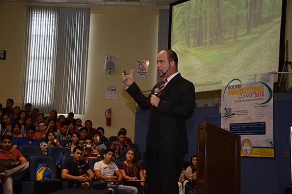 Evelio Hernández, de la universidad Gabriel René Moreno de Santa Cruz, expone sobre Empresario vs. Empleado, ayer./ Fuente Los Tiempos