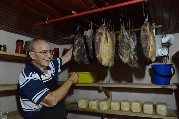 Marco Calovi explica el proceso en la cámara de frío de sus jamones y quesos. /Fuente  Los Tiempos