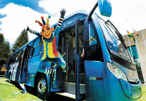 Un Ekusito salta desde el prototipo azul del bus Sariri Fuente: La Razón