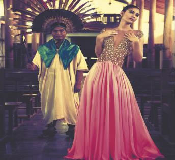 Con el encanto de la Amazonía Estefanía Rivero (18), a lado de un machetero de Beni, que incorpora con su danza la cultura