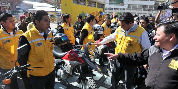 El alcalde Luis Revilla con la Brigada Caza Baches