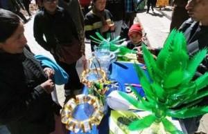 Melvin Cornejo muestra en El Alto uno de los juguetes.