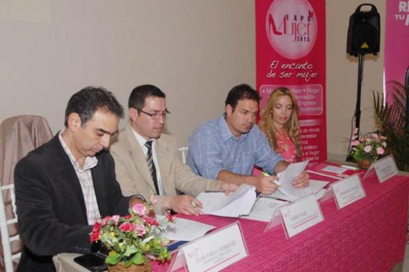 Ejecutivos de la Cadexco, el Hotel Cochabamba y el grupo Prime firman el convenio para realizar la feria ExpoMujer