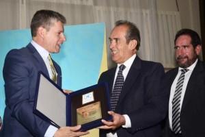 El presidente del Directorio de Los Tiempos, Eduardo Canelas (centro), recibe el reconocimiento de manos del presidente de Cadeco, Aldo Vacaflores, anoche.