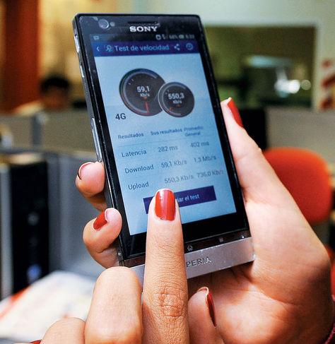 Tecnologia-persona-manipula-smartphone