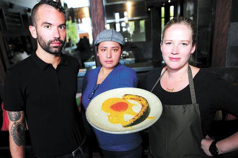 Personal de Gustu muestra uno de los platillos que oferta el restaurante de la zona Sur. Luis Salazar./ La Razón