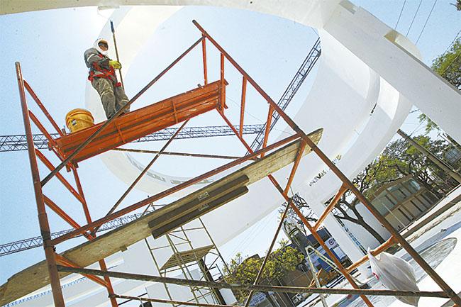 La demanda de mano de obra calificada es febril a 24 horas del inicio de la Expocruz 2014 . Foto: El Deber