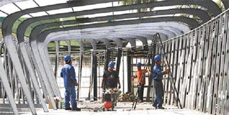 Obreros trabajando en la construcción de pabellones./ El Deber