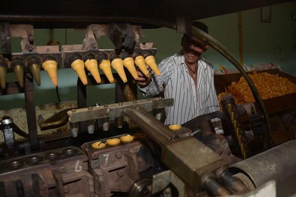 John Moisés Choque realiza pruebas de elaboración de barquillos con su máquina gigante./Fuente Los Tiempos