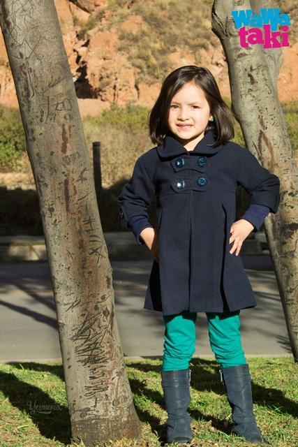 Una niña usando prendas de Wawaraki.