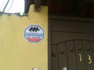 Puerta de una casa que utiliza el servicio de Cerberus.