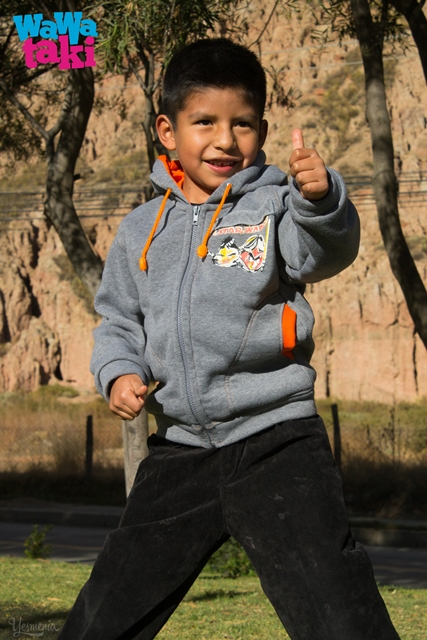 Un niño usando prendas de Wawaraki.