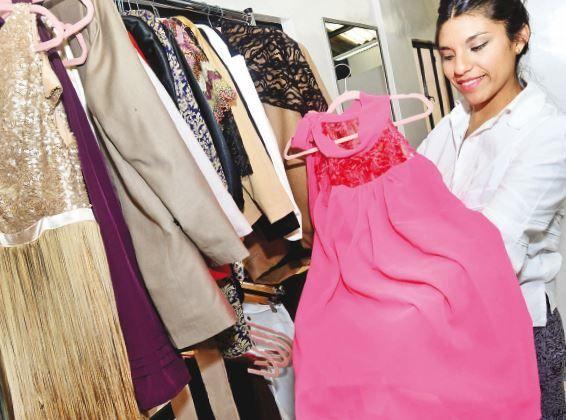 La diseñadora Vania Rodríguez muestra uno de los diseños de La Espina./Fuente Página Siete