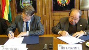 Peter Boorsma, Asesor DECP, y Luis Urquizo, presidente federación de empresarios privados de La Paz. suscriben el documento, ayer./ Fuente El Diario.