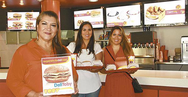 Carol Pacheco confía en sus hijas Cinthia (34) yEstefany (24) para desarrollar la cadena nacional./Fuente El Deber