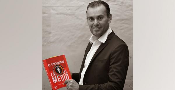 """Fernando Anzures es autor del libro """"El consumidor es el medio"""""""